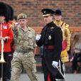 Le prince William aux côtés d'un soldat lors de la remise des distinctions pour le premier bataillon de la Irish Guards rentrée d'Afghanistan dans l'enceinte du musée militaire Victoria Barracks, Londres, le 25 juin 2011