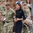 La princesse Catherine Middleton, sublime aux côtés d'un soldat lors de la remise des distinctions pour le premier bataillon de la Irish Guards rentrée d'Afghanistan dans l'enceinte du musée militaire Victoria Barracks, Londres, le 25 juin 2011