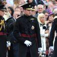 Le duc de Cambridge, le prince William souriant aux côtés des soldats du 1er bataillon de la Irish Guards  dans l'enceinte du musée militaire Victoria Barracksle 25 juin 2011 à Londres