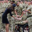La duchesse de Cambridge Kate Middleton, très souriante aux côtés des soldats du 1er bataillon de la Irish Guards  dans l'enceinte du musée militaire Victoria Barracks le 25 juin 2011 à Londres