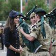 La duchesse de Cambridge, la princesse Kate Middleton aux côtés des soldats du 1er bataillon de la Irish Guards  dans l'enceinte du musée militaire Victoria Barracks le 25 juin 2011 à Londres