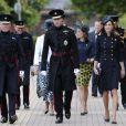 La duchesse de Cambridge Kate Middleton et son mari le prince William aux côtés des soldats du 1er bataillon de la Irish Guards dans l'enceinte du musée militaire Victoria Barracks le 25 juin 2011 à Londres