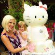 Tori Spelling et sa fille Stella, ainsi qu'une énorme peluche Hello Kitty lors de l'anniversaire de Stella, le 11 juin 2011 à Los Angeles.