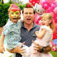 Dean McDermott et sa fille Stella lors des  trois ans de Stella le 11 juin à Los Angeles.