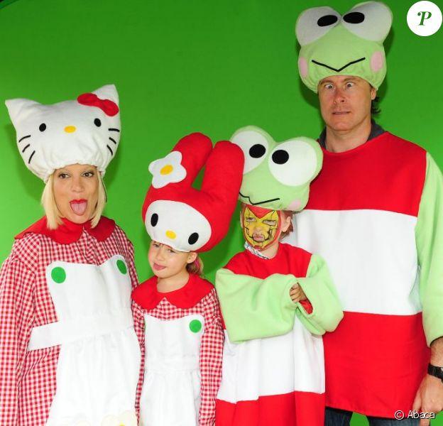 Tori Spelling, son mari Dean McDermott, et leur enfant Stella et Liam déguisés en Hello Kitty, à Los Angeles le 11 juin 2011. Ils ont organisé une incroyable fête d'anniversaire spéciale Hello Kitty pour les trois ans de leur fille Stella.