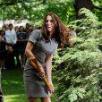 Catherine, duchesse de Cambridge, a respecté la tradition en plantant un arbre, symbole d'amour, à Ottawa, au Canada, le 2 juillet 2011