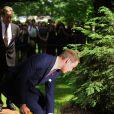 Le prince William a respecté la tradition en plantant un arbre, symbole d'amour, à Ottawa, au Canada, le 2 juillet 2011