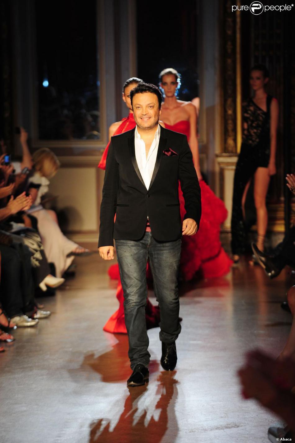 le cr ateur libanais zuhair murad est applaudi la fin de son d fil haute couture collection. Black Bedroom Furniture Sets. Home Design Ideas