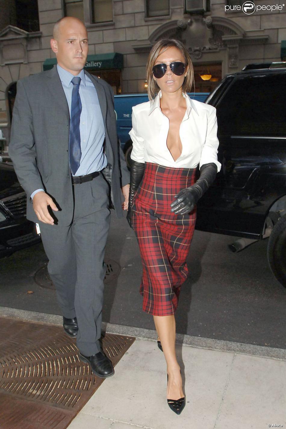 Avec sa jupe cossaise sa chemise au d collet ravageur for Hors des robes de mariage rack new york