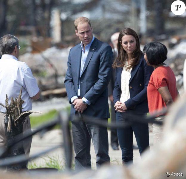 William et Kate, la symétrie parfaite : on appelle cela l'osmose. Sacrifiant leur parenthèse amoureuse, le prince William et Kate Middleton se sont rendus mercredi 6 juillet 2011 à Slave Lake, un village du nord de la province de l'Alberta dévasté par un terrible incendie le 15 mai.