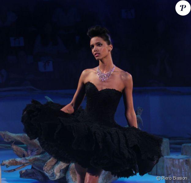 Shy'm s'est métamorphosée en Belle au bois dormant lors du défilé Haute Couture automne-hiver 2011-2012 Franck Sorbier lors de la Fashion Week parisienne le 6 juillet 2011