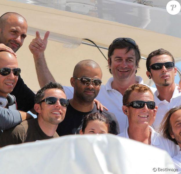 Tony Parker, de passage à Saint-Tropez avec ses amis, dont DJ Cut Killer. Le 8 juillet 2011