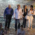 Robert Redford se promène sur les Quais de Seine, à Paris, en compagnie de sa douce épouse Sybille Szaggars et d'amis. Juin 2011