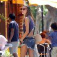 Le mannequin brésilien Alessandra Ambrosio profite du soleil à New York. Le 13 juillet 2011.