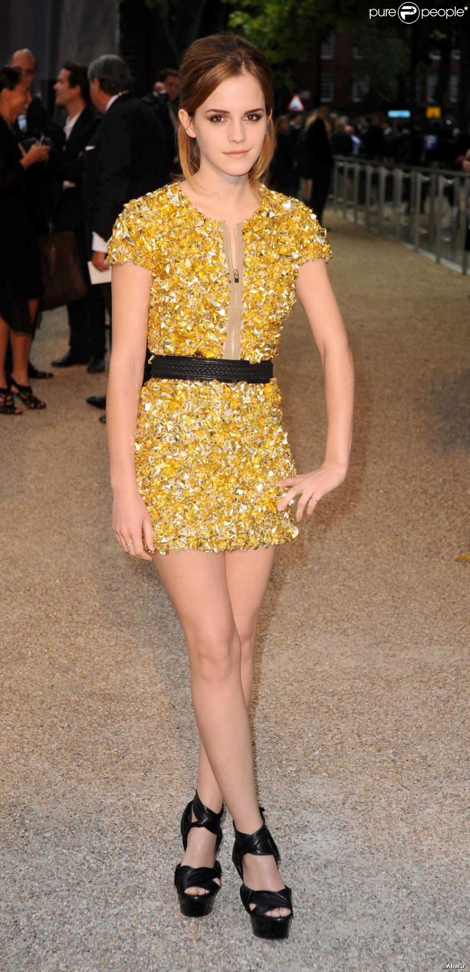 abab1c3d9a4c4 Emma Watson a tout juste avec cette ravissante robe courte dorée qui  dévoile ses jambes sculpturales. Londres