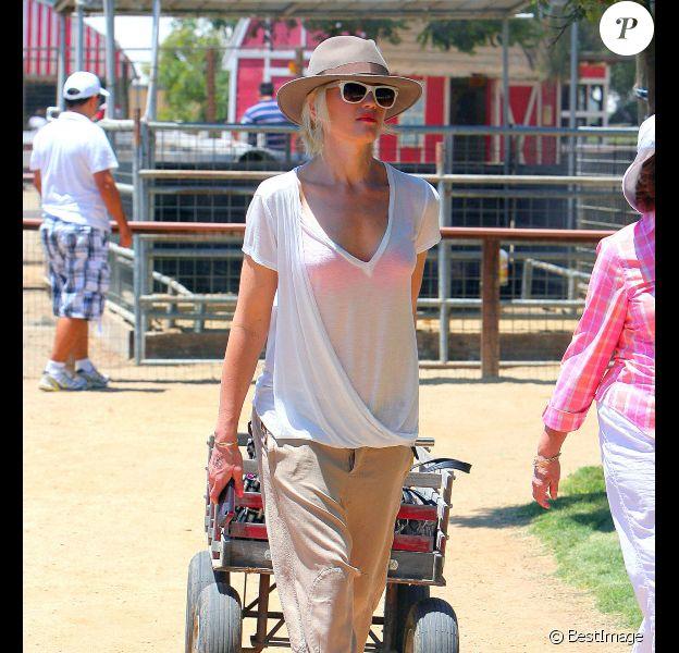 Gwen Stefani passe une après-midi estivale à la ferme avec ses deux fistons, Kingston et Zuma. Los Angeles, 16 juillet 2011