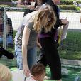 Même si une biquette est totalement inoffensive, Ellen Pompeo surveille avec attention sa fille Stella lorsque celle-ci caresse l'animal au zoo de West Hollywood. On est jamais trop prudente !