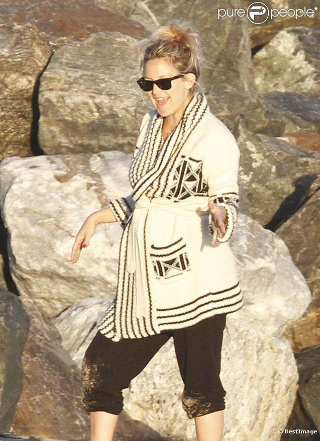 Kate Hudson, radieuse et souriante, affiche encore quelques rondeurs suite à la naissance de son dernier enfant le 9 juillet 2011 sur les plages de Malibu
