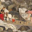 Au programme de cette journée plage en famille : château de sable pour Kate Hudson, son fils Ryder et son fiancé Matthew Bellamy le 18 juillet 2011 sur les plages de Malibu.