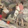Moment de tendresse pour Kate Hudson et son fiancé Matthew Bellamy avec qui elle vient d'avoir un petit garçon sous les yeux de son fils Ryder le 18 juillet 2011