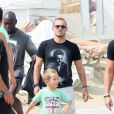 Wesley Sneijder en vacances à Saint Tropez le 26 juillet 2011 avec sa femme Yolanthe et leur fils