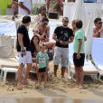 Le footballeur néerlandais Wesley Sneijder avec son épouse Yolanthe et son fils Jessey, en vacances à Saint-Tropez le 26 juillet 2011.
