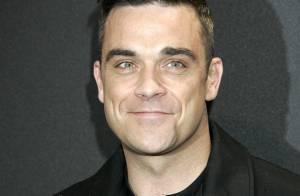 Robbie Williams, sobre et élégant, provoque la folie