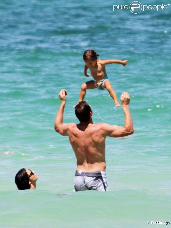 Adriana Lima en vacances à Miami avec son époux et sa fille Valentina le 31 juillet 2011