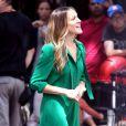 Sarah Jessica Parker fidèle à son personnage de Carrie dans les rues de New York avec une fabuleuse robe verte d'inspiration vintage et des Louboutin indémodables.