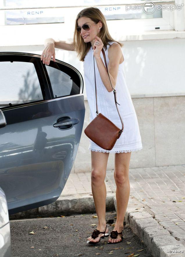 """Lorsqu'elle est en vacances, la princesse Letizia la joue relax. Petite robe blanche en coton très """"Ibiza"""", sandales plates, la tête couronnée est au top"""