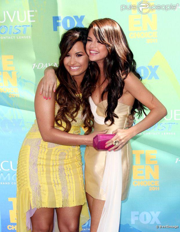 Demi Lovato et Selena Gomez, sur le tapis rouge des Teen Choice Awards 2011, à Los Angeles, le dimanche 7 août 2011.