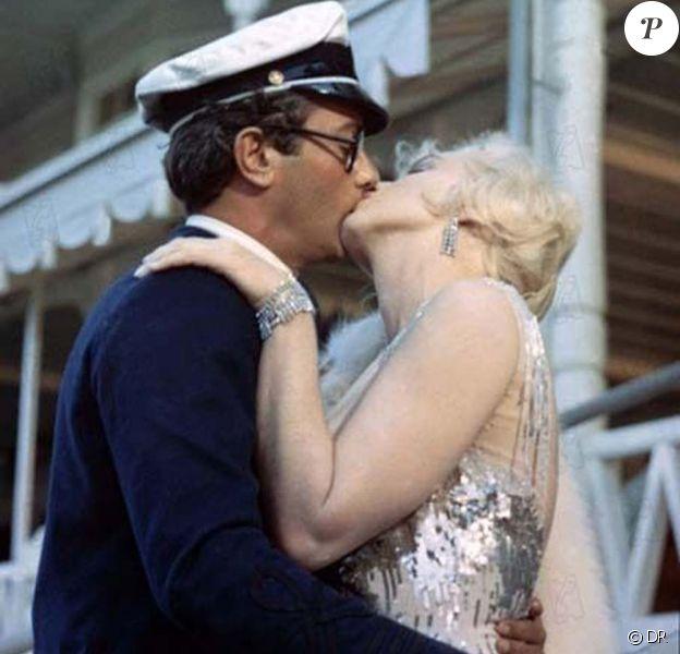 Tony Curtis et Marilyn Monroe dans Certains l'aiment chaud, 1959. Cette veste bleu marine sera vendue aux enchères Chez Julien à Beverly Hills dans le cadre d'une vente d'objets d'art et de souvenirs ayant appartenus à la star.