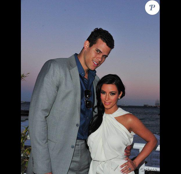 Kim Kardashian et Kris Humphries posent à Monaco sur la terrasse de l'hôtel Méridien en mai 2011