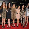 Kim Kardashian etn compagnie de sa mère et de ses soeurs posent lors d'une soirée à Los Angeles en août 2011