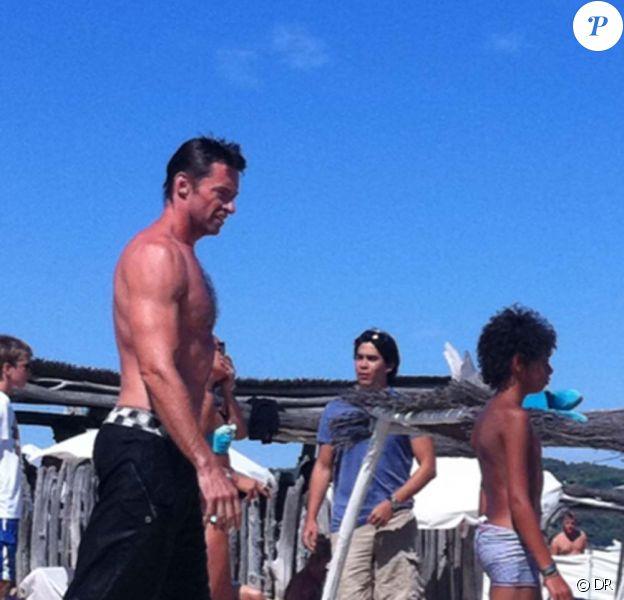 Hugh Jackman en famille sur la plage du club 55 à Saint-Tropez, le 29 août 2011.