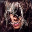 Björk -  Hiden Place  - réalisé par Inez et Vinoodh, graphisme de M/M, pour l'album  Vespertine , en 2001..