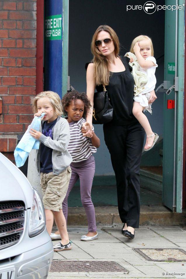 Brad Pitt et Angelina Jolie avec cinq de leurs six enfants, à Richmond le 4 septembre 2011