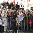 La princesse Victoria de Suède remercie la foule à Turku en Finlande le 20 septembre 2011