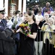 La princesse Victoria de Suède reçoit une gerbe de fleurs à Abo en Finlande le 20 septembre 2011