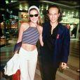 Même en ville, Carla Bruni joue la carte du sexy ! Accompagnée de Vincent Perez, la star des podiums dévoile son ventre avec un mini-top à rayures assorti à un pantalon blanc. Cannes, 1 mai 1994
