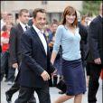Main dans la main avec son mari, Carla Bruni-Sarkozy est élégante mais très sobre avec un gilet bleu clair assorti à une jupe droite bleu foncé. New York, 22 septembre 2008