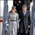 Carla Bruni-Sarkozy est de presque tous les déplacements officiels avec le président de la République. L'ancien top model adapte sa tenue vestimentaire en fonction de la destination... Petit chapeau et manteau en laine classique pour rendre visite à la reine d'Angleterre ! Londres, 26 mars 2008