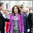 Carla Bruni-Sarkozy affiche son élégance en violet ! La première dame de France choisit un long manteau en laine sur un tailleur pantalon gris... Chic ! Londres, 27 mars 2008