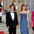 Carla Bruni-Sarkozy reste glamour en toute circonstance, surtout avec cette robe bustier et drapée qui lui donne l'allure d'une déesse grecque. Paris, 22 juin 2009