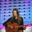 Lorsque Carla Bruni pousse la chansonnette avec sa guitare, son look ne compte plus. L'artiste opte pour un pantalon camel et un top noir... Rien de plus simple ! 7 mars 2003