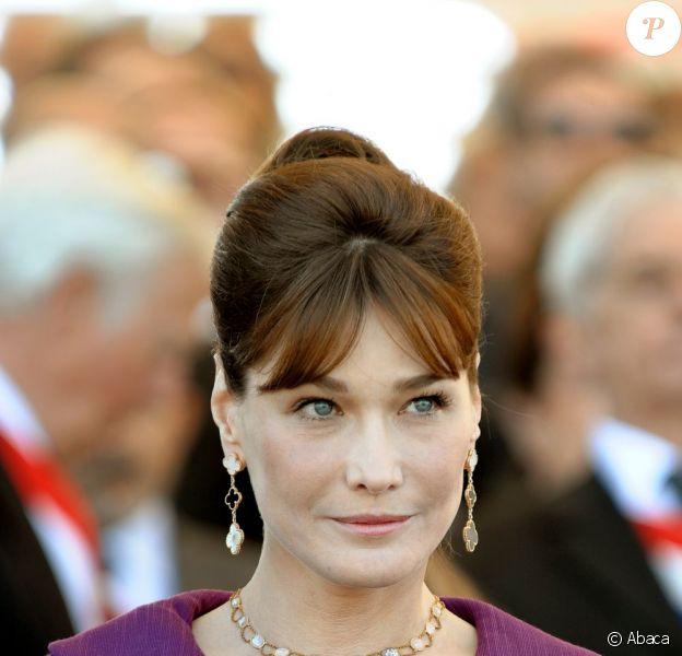 Carla Bruni-Sarkozy adore le violet et le prouve avec de nombreuses  tenues de cette couleur. Dans ce tailleur très années 60, la Première  dame de France a tout d'une Jackie Kennedy des temps modernes. Paris, 14  juillet 2008