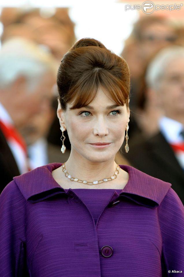 8d1d5c20d016f8 Carla Bruni-Sarkozy adore le violet et le prouve avec de nombreuses tenues  de cette