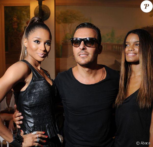 Ciara, Jean-Roch et une amie au défilé printemp-été 2012 Barbara Bui lors de la Fashion Week parisienne le 29 septembre 2011