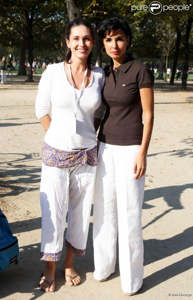 Adeline Blondieau et Rachida Dati lors de la White Yoga Session, au Champ de Mars, à Paris. 2 octobre 2011