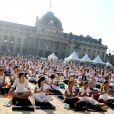 White Yoga Session, au Champ de Mars, à Paris. 2 octobre 2011